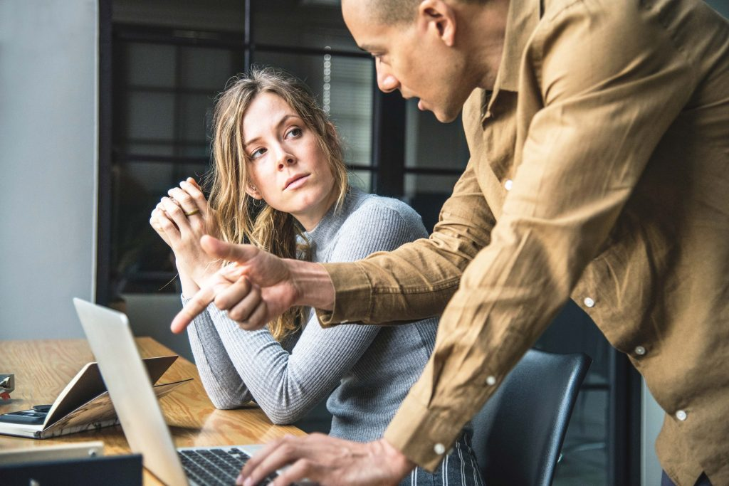 Gründe, Leitfaden & Mustervorlage für Führungskräfte: Wann und wie Sie Verwarnungen laut Arbeitsrecht aussprechen sollten.