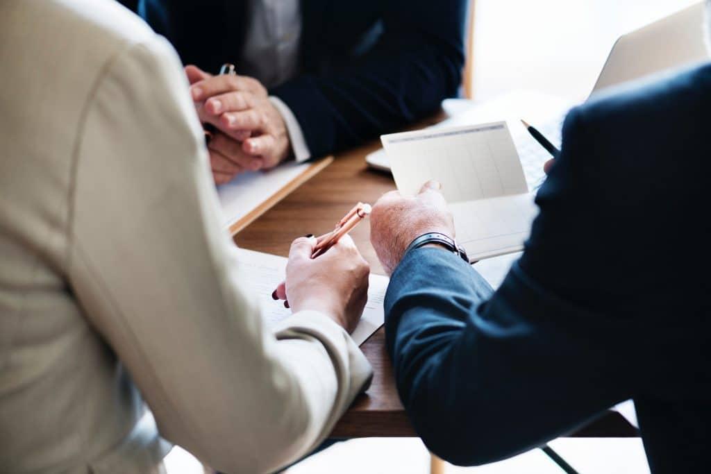 Die Entlassung bringt oft rechtliche Schritte mit sich. Wie Sie eine fristlose Kündigung rechtskonform aussprechen, erfahren Sie hier.