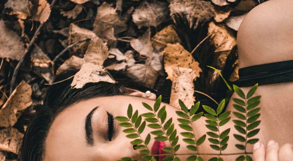 Laut Studien reduziert Meditation Stress, erhöht die Konzentration & schützt vor Burnout. Wie Sie richtig meditieren & was Achtsamkeit im Alltag wirklich kann.