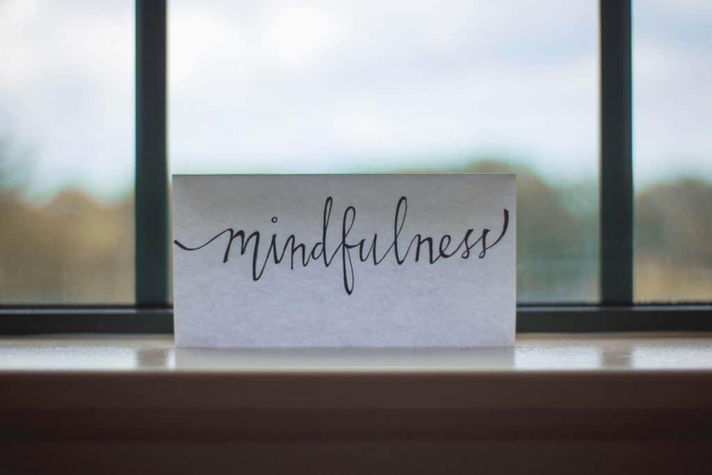 Mindfulness based Stress Reduction (MBSR): Laut Studien reduziert Meditation Stress, erhöht die Konzentration & schützt vor Burnout. Wie Sie richtig meditieren & was Achtsamkeit im Alltag wirklich kann.