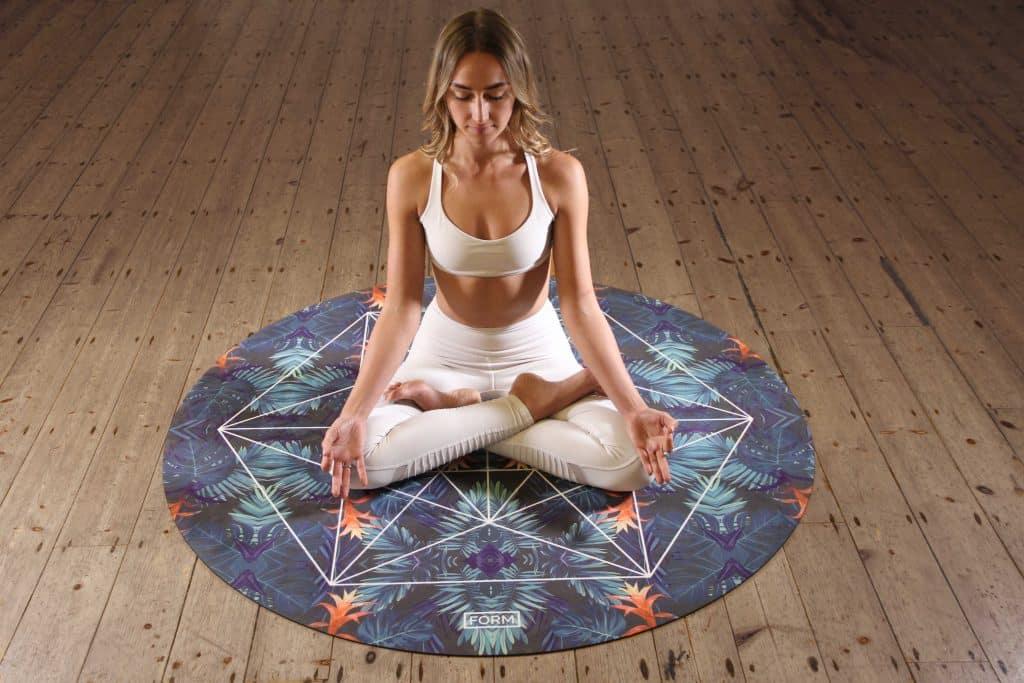 MBSR, Yoga und Meditation: Laut Studien reduziert Meditation Stress, erhöht die Konzentration & schützt vor Burnout. Wie Sie richtig meditieren & was Achtsamkeit im Alltag wirklich kann.