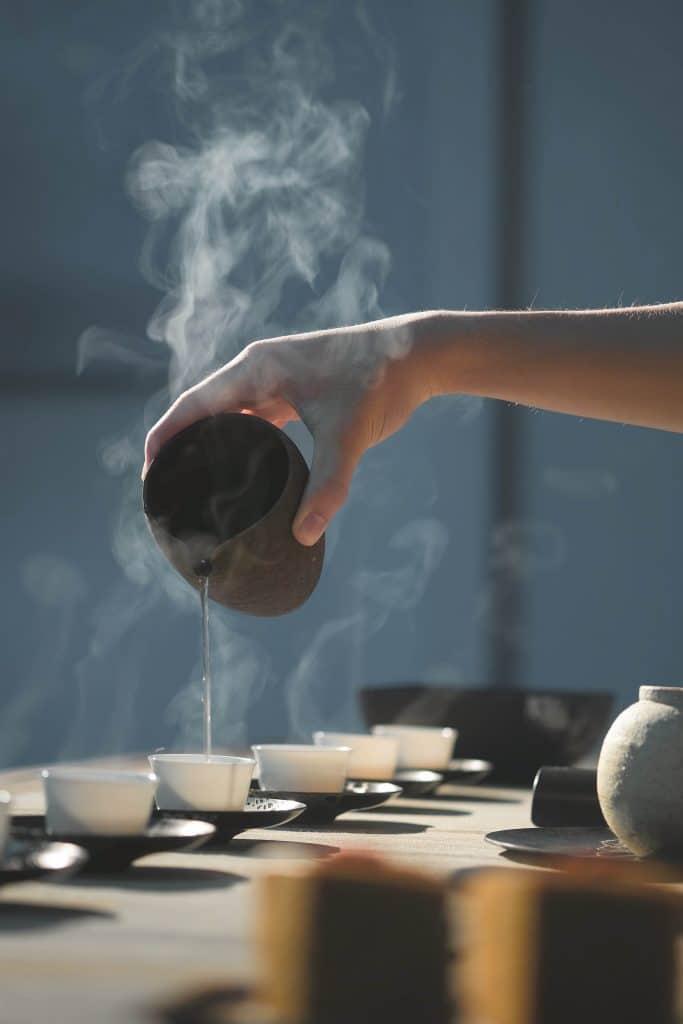 Teezeremonie und Meditation: Laut Studien reduziert Meditation Stress, erhöht die Konzentration & schützt vor Burnout. Wie Sie richtig meditieren & was Achtsamkeit im Alltag wirklich kann.