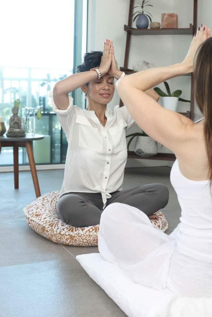 Yogaübungen, Tanz und Kampfkunst für Meditieren: Laut Studien reduziert Meditation Stress, erhöht die Konzentration & schützt vor Burnout. Wie Sie richtig meditieren & was Achtsamkeit im Alltag wirklich kann.