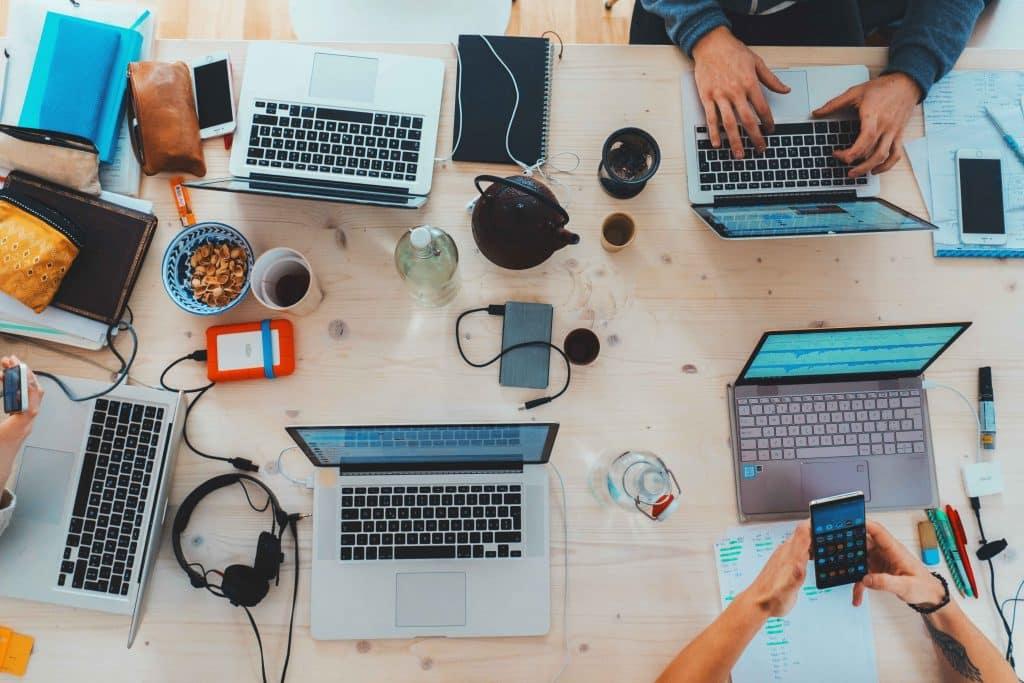 Digitale Medien sind heutzutage nicht mehr wegzudenken im Büro. Digital Detox, Digitale Medien, Digitale Entgiftung, Wohlbefinden, Smartphone, Geschäftsführer, Stress, Work-Life-Balance, Phubbing