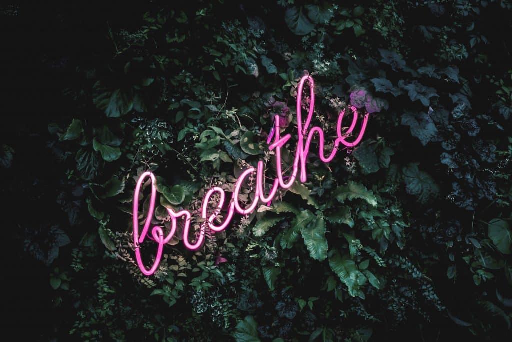 Entspannt atmen beim Yoga, Yoga, Yoga-Übungen, Büro, Joga, Yogaübungen, Positionen, Stellungen, Geschäftsführer, fit in der Arbeit, Stress, Work-Life-Balance, Business-Yoga