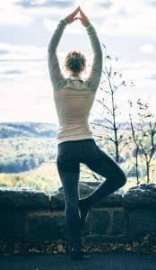 Der Baum, Yogaübung, Yoga, Yoga-Übungen, Büro, Joga, Yogaübungen, Positionen, Stellungen, Geschäftsführer, fit in der Arbeit, Stress, Work-Life-Balance, Business-Yoga