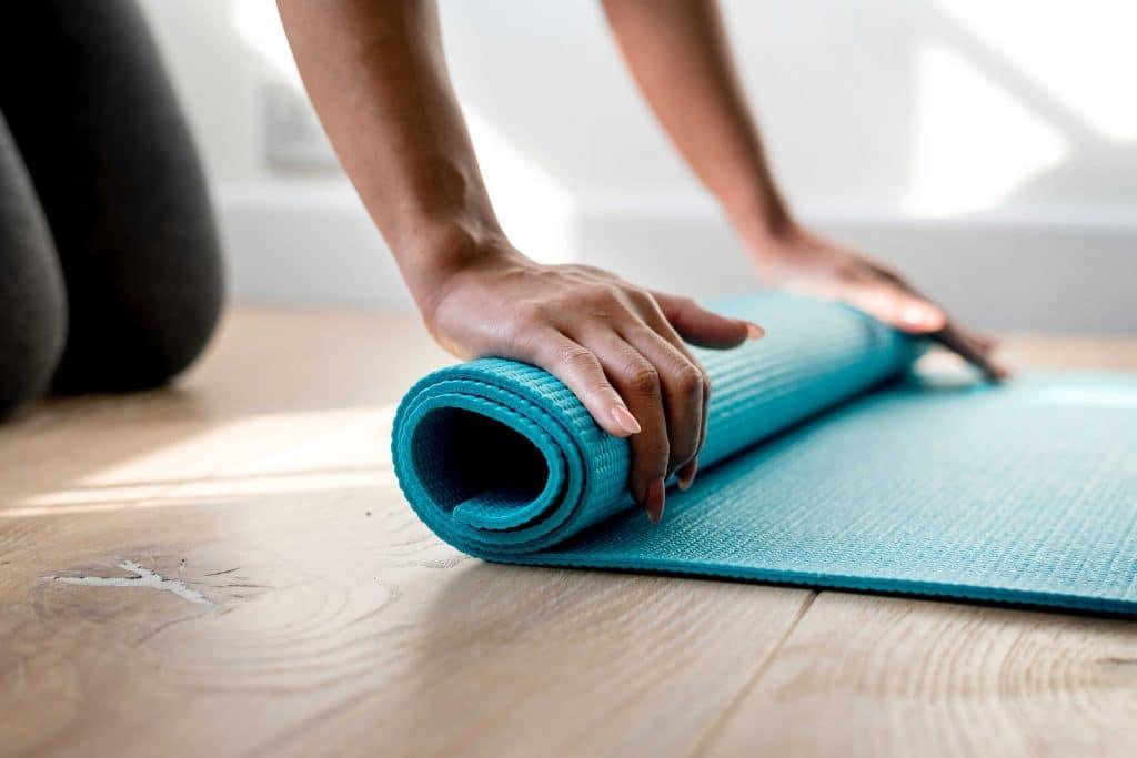 Yoga, Yoga-Übungen, Büro, Joga, Yogaübungen, Positionen, Stellungen, Geschäftsführer, fit in der Arbeit, Stress, Work-Life-Balance, Business-Yoga, Verspannungen, Stress und Müdigkeit? Versuchen Sie's doch mit Business-Yoga: 7 einfache und schnelle Yoga-Übungen für Büro und Arbeitsalltag., Yogamatte,